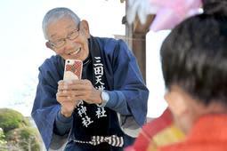 子どもの写真を撮る安平正明さん=三田天満神社