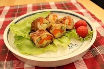 学生らが提案した地場産野菜使用の総菜「すき焼き肉巻き」
