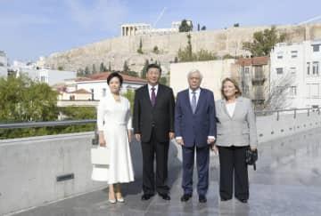 習近平主席、ギリシャ大統領とアクロポリス博物館を見学