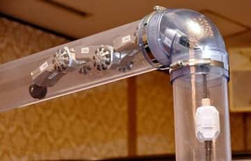 弘栄設備工業が開発した配管探査ロボット「配管くん」の新型=山形市・ホテルメトロポリタン山形