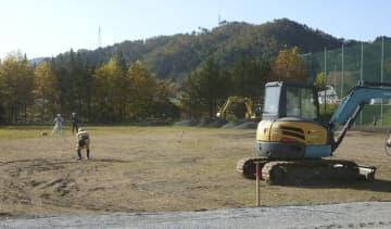 仮設住宅の建設が始まった県立伊具高校のグラウンド=13日午前、宮城県丸森町