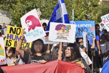 移民救済措置「DACA」廃止に反対する若者ら=12日、米ロサンゼルス(共同)