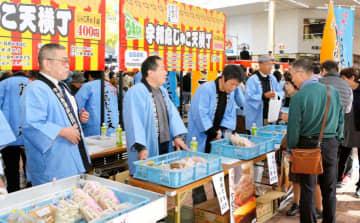 じゃこ天の販売などでにぎわった宇和島市の産業まつり