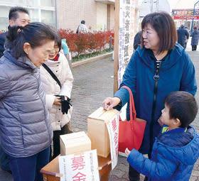 台風19号被災者への募金に協力する通行者