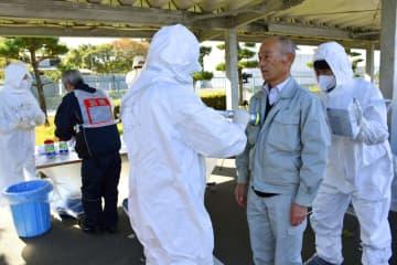 東北電力女川原発事故想定の避難訓練で、放射性物質の検査を受ける住民(右から2人目)=13日午前、宮城県東松島市