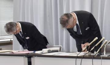 患者の死亡について、記者会見で陳謝する愛知県がんセンターの丹羽康正病院長(右)ら=13日午前、愛知県庁