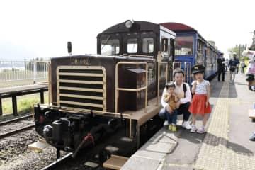 親子連れでにぎわう南阿蘇鉄道のトロッコ列車=2018年4月、熊本県南阿蘇村