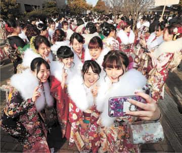今年の成人式で記念撮影する新成人。成人年齢引き下げ後も20歳対象で開催される=1月13日、仙台市体育館