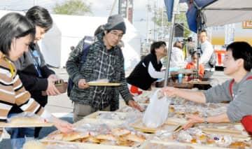 地元の特産品などを買い求める人らでにぎわった松前町産業まつり「たわわ祭」