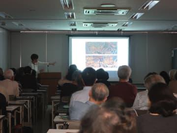 鎌倉彫の解説に耳を傾ける聴講者ら。「鎌倉再発見」をテーマにした鎌倉同人会の講座には多くの市民らが参加している =鎌倉市小町
