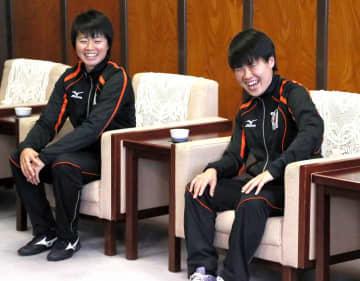 1部昇格を決めた今季を笑顔で振り返る愛媛FCレディースの阿久根主将(右)と上野選手=13日、県庁