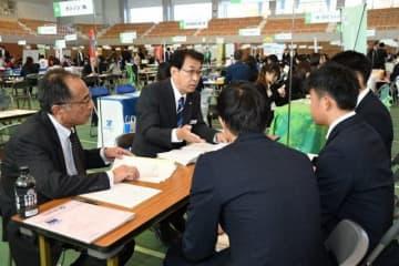 企業の採用担当者(左側)から説明を受ける学生たち