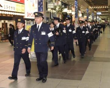 繁華街のビルへの立ち入り検査に向かう松山市消防局の職員ら=13日午後7時ごろ、松山市大街道2丁目