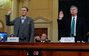 公聴会で宣誓するテーラー駐ウクライナ代理大使(右)とケント国務副次官補=13日、米ワシントン(ロイター=共同)