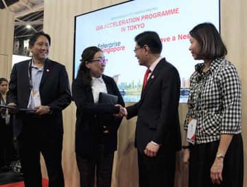 ヘン・スイキャット副首相(右から2人目)と握手を交わすリバネスシンガポールの徳江紀穂子マネジングディレクター(同3人目)=13日、シンガポール東部(NNA撮影)