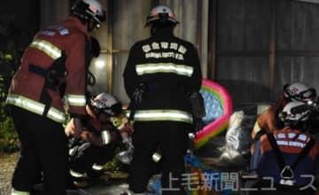 5件目の不審火とみられる現場を調べる消防職員ら=7月7日午後10時50分ごろ、桐生市相生町2丁目