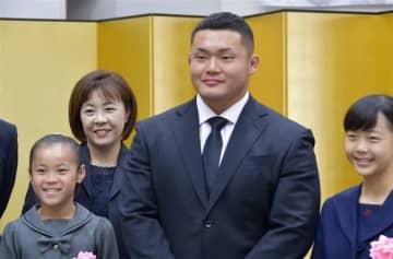 由布市が木津選手を功労表彰 ラグビーW杯日本代表