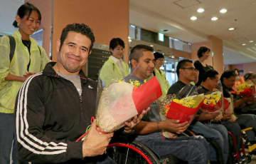 歓迎式典で花束を受け取る海外選手ら=13日午後、大分市の大分センチュリーホテル