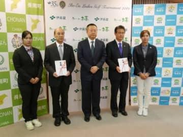 伊藤園が台風被害に対する義援金寄付 ホステスプロの濱田茉優、大里桃子が贈呈