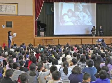 横田めぐみさんの早期帰国を願った新潟小の全校集会=13日、新潟市中央区