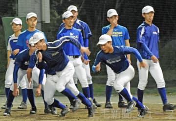 走塁の練習をする健大高崎の選手