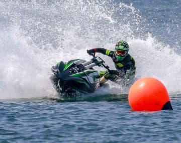 水上バイクに乗る新川翔さん(Ucchy Images提供)