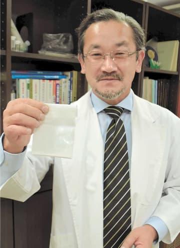 床擦れへの効果が実証されたシモンコライトの粉末を手にする山本教授
