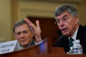 13日、米ワシントンで開かれた公聴会で、証言するテーラー駐ウクライナ代理大使(右)(ロイター=共同)