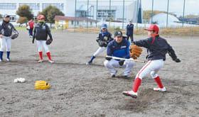 投球フォームについて牧谷コーチの指導を受ける球児