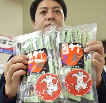 「がんばっぺ丸森」と書かれたシールが貼られた物産品=11日、宮城県丸森町