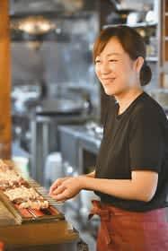 仕込みや焼き手、接客、事務作業とさまざまな業務をこなす石塚さん