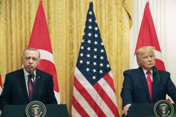 13日、ワシントンのホワイトハウスで記者会見するトランプ米大統領(右)とトルコのエルドアン大統領(共同)