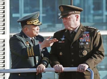 米韓の軍事委員会に先立つ歓迎式典で言葉を交わす米軍制服組トップのミリー統合参謀本部議長(右)と韓国軍制服組トップの朴漢基・合同参謀本部議長=14日、ソウル(聯合=共同)
