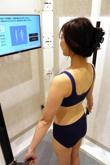 3Dボディスキャナーで、体形を計測するモデル(京都市下京区・ジェイアール京都伊勢丹)