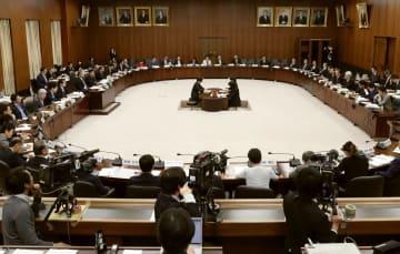 開かれた衆院憲法審査会=14日午前