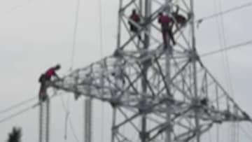 大別山の奥深くの高い鉄塔の上に散らばる「赤い人影」 湖北省