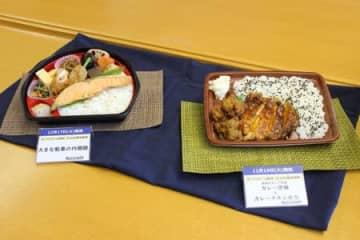 ローソンファーム新潟の新米コシを使った、せきとり監修の唐揚げとチキン弁当(右)とサーモン弁当