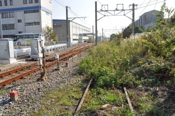 雑草に覆われた大汐線の線路。左は現役バリバリのりんかい線の回送線