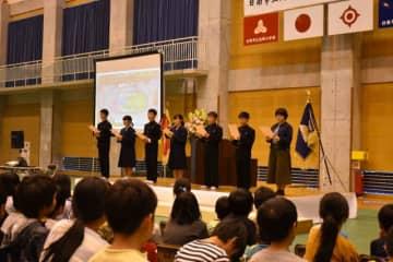 北郷小中の創立10周年記念式典で宣言を読み上げる児童生徒会役員