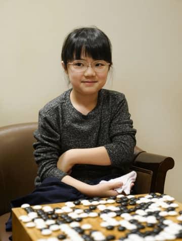 囲碁の本因坊戦予選Cで宇谷俊太二段を破り、笑顔を見せる仲邑菫初段=14日午後、大阪市の日本棋院関西総本部
