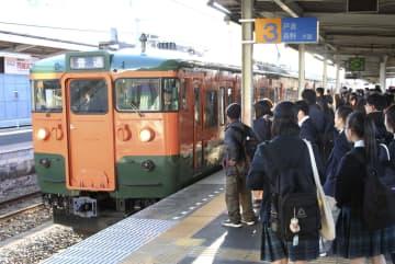 台風19号の影響で約1カ月ぶりに全線での運行を再開した、しなの鉄道線=15日午前、長野県上田市