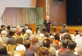 法医学から見た児童虐待について講演する渡邊教授