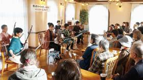 二胡の演奏を披露する生徒たち