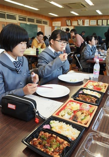 オリジナル弁当を試食する松橋高家政科の生徒=宇城市