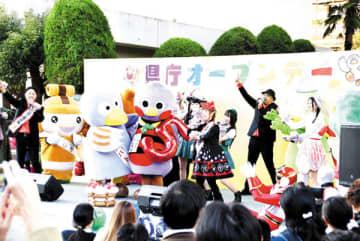 県のマスコット「さいたまっち」(中央)の5歳の誕生日を「コバトン」(中央左)や特設ステージの出演者らが祝った=14日午後、県庁