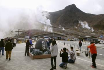 立ち入り規制が解除され、大勢の観光客が訪れた大涌谷=15日午前、神奈川県箱根町