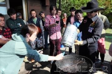 炭のおこし方を学ぶ参加者