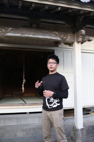 かくれキリシタンの祭事の場、山神神社でミサ参列の意義を語る深浦さん=新上五島町桐古里郷