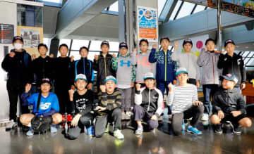 米ハワイ州に向け出発する柔道チームと野球チームの小中学生=14日午後、松山空港