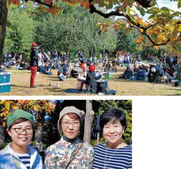 緑化フェアでにぎわう芝生広場(上)と、右から野地さん、森平さん、眞塩さん